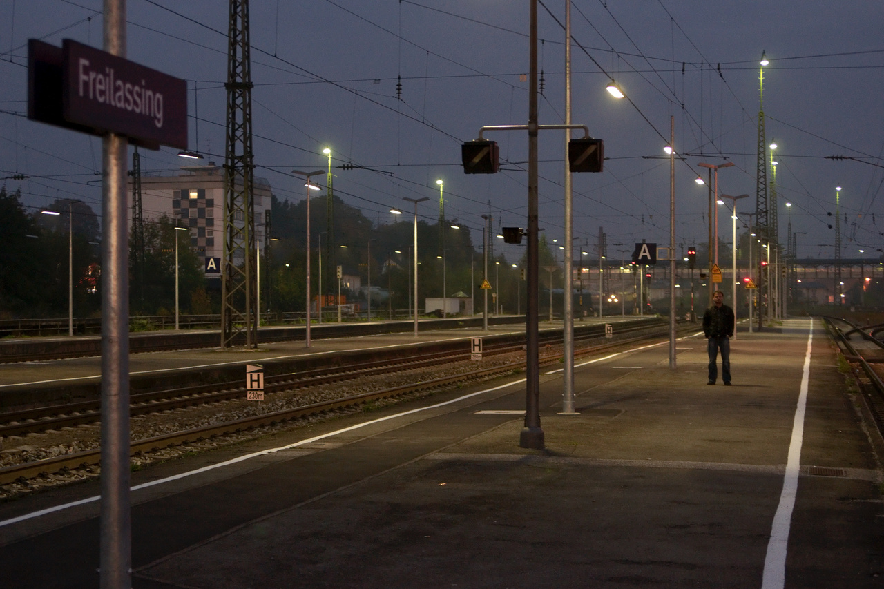 Click to enlarge: Lost On Platform [f/2.8, 1/10 sec, 45mm-e, ISO 1600, Sony A700]