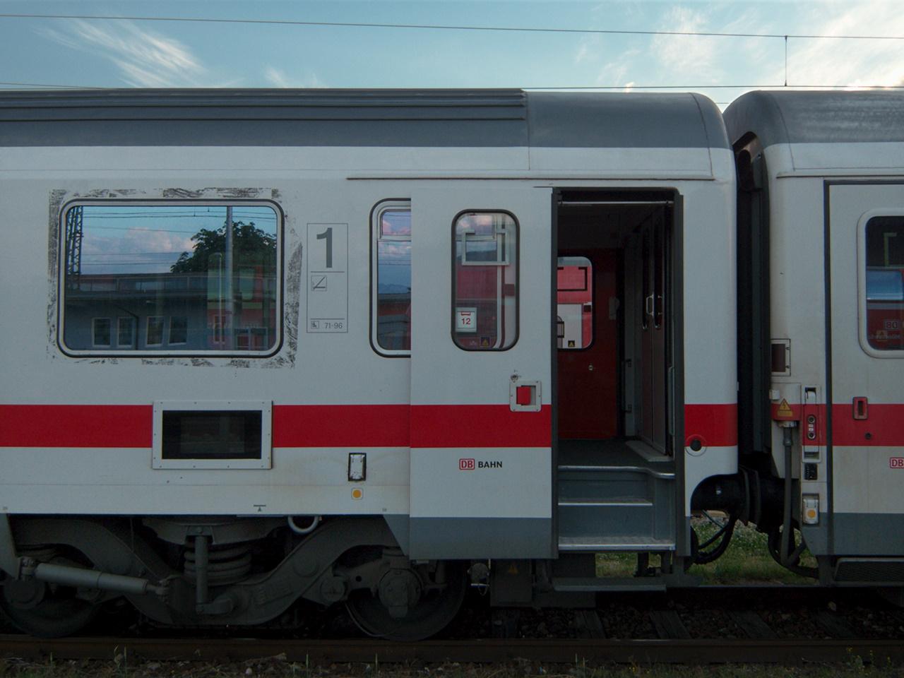 Click to enlarge: DB Coach [f/2.8, 1/250 sec, 6mm-e, ISO 100, DMC-LX3]