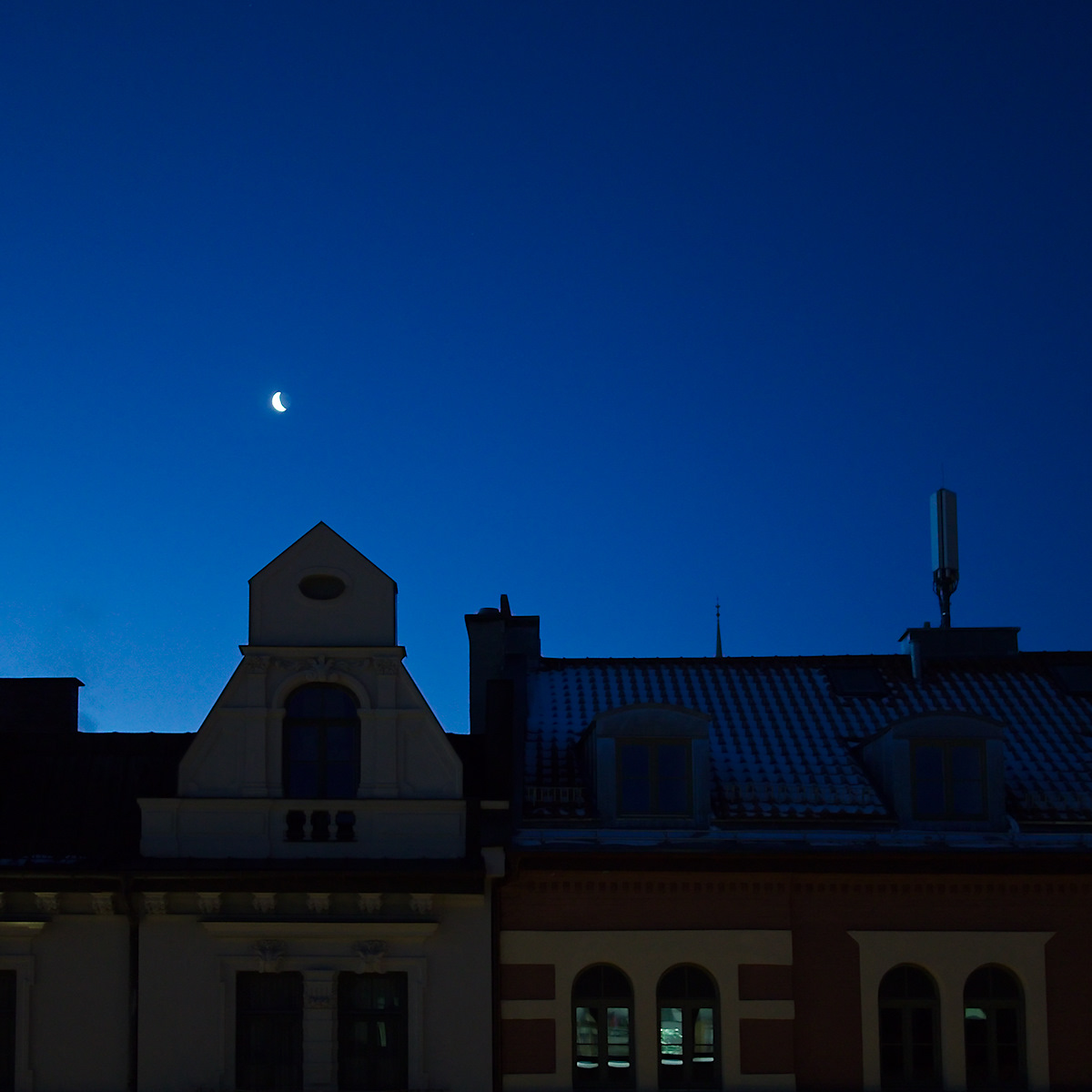 Click to enlarge: Moon From The Office Window [f/1.7, 1/15 sec, 40mm-e, ISO 800, DMC-G3]