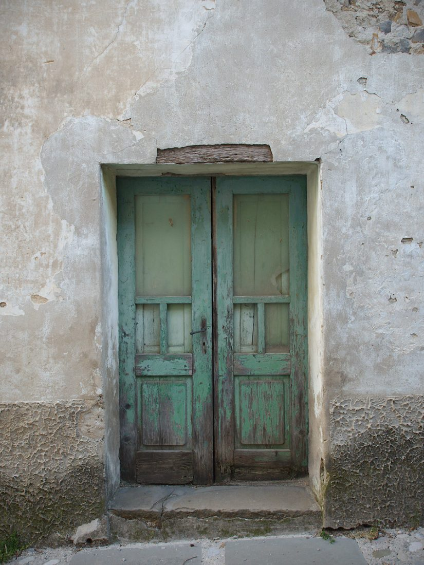 Non-ornated Door: Blog, Doors and Windows, Less Colors, Rural, WP