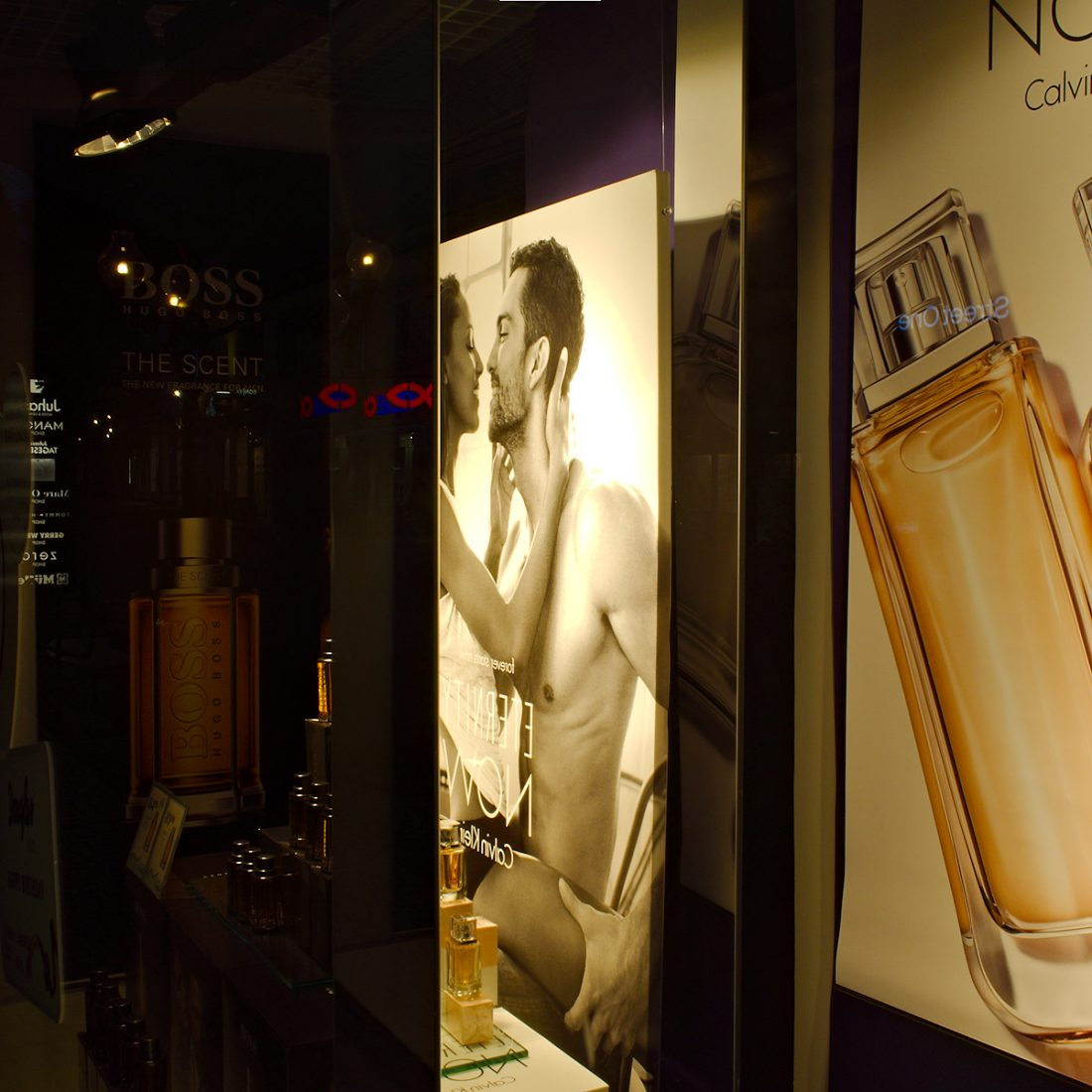 THE SCENT: Blog, Urban, advertisement, illusions, reflection