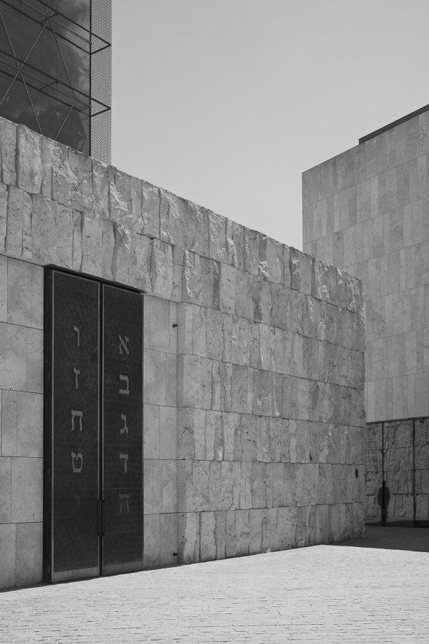 Watching, St. Jakobs-Platz, Munich, geotagged, Black & White, Pentax-M 2.8/40mm, Synagogue, Urban