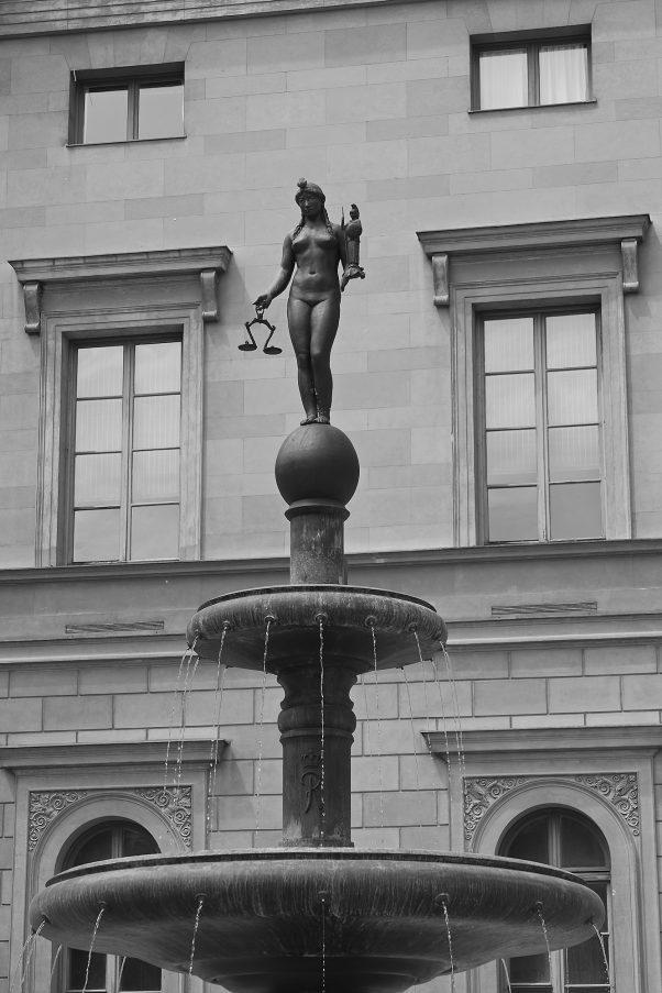 Iustitia, black, Bezirksteil Graggenau, Munich, geotagged, Black & White, Pentax-M 2.0 85mm, Urban