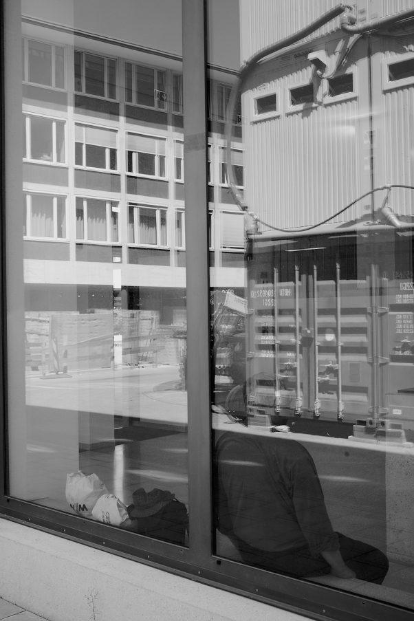 Nearly headless Nick, Kapellenstraße 4, Munich, geotagged, Black & White, Reflections, Urban