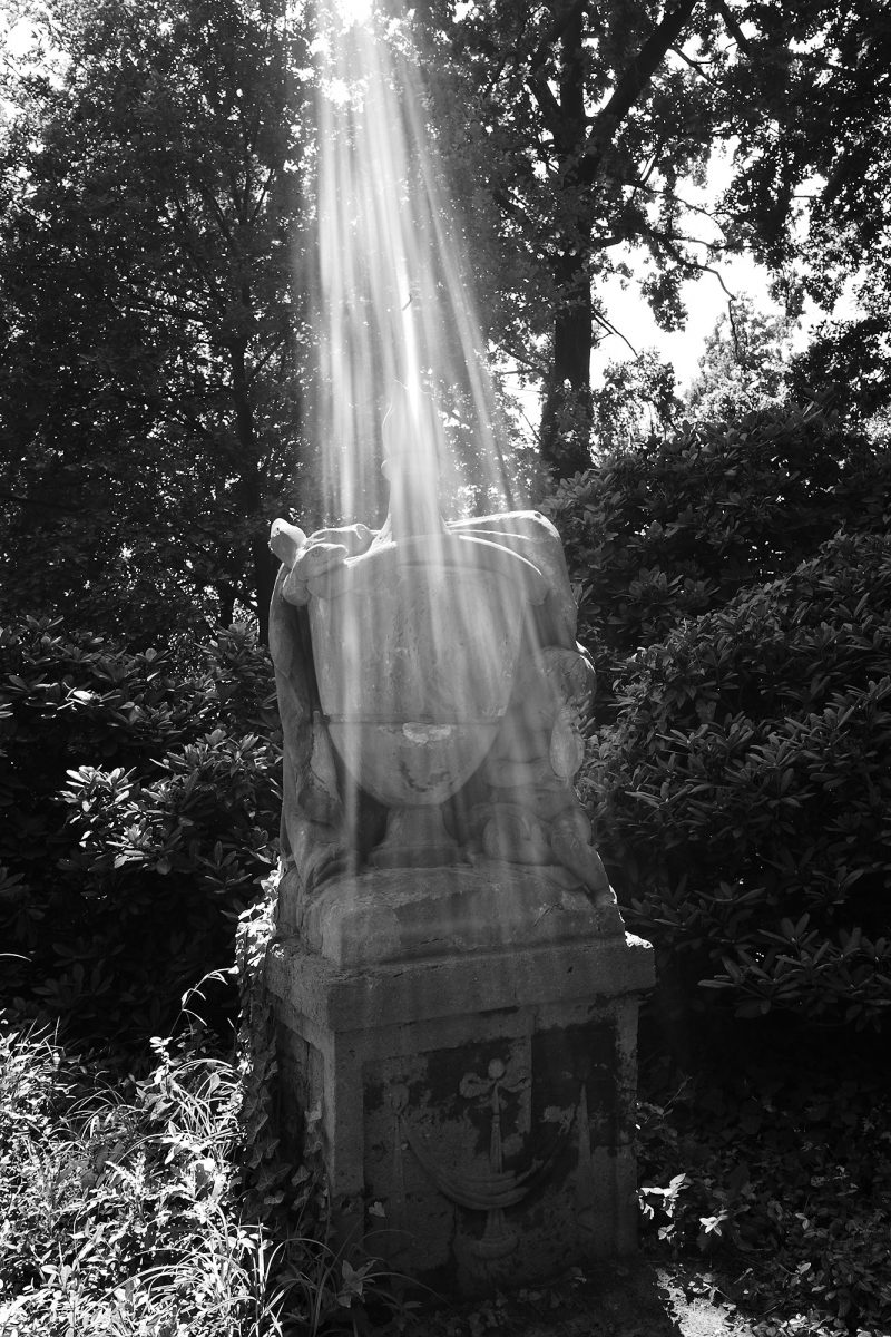Light pouring from the Sky, Gedächtnisurne Marianne von Schm, Berlin, geotagged, Black & White, Common Places, Urban