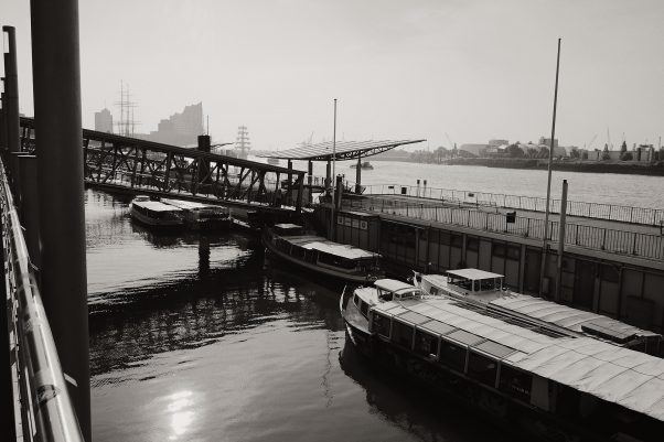 Backlight - Sun in the Harbour Water, Bei den St. Pauli-Landungsbrücke, Hamburg, geotagged, Black & White, Common Places, Urban