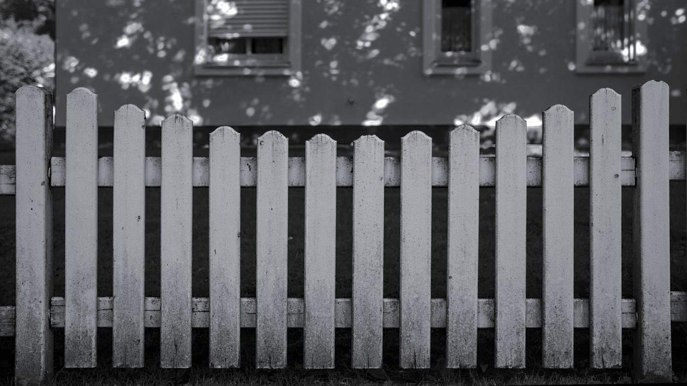 Classical_urban_wooden_Fence.jpg